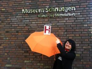 Wibke Ladwig mit dem Herbergsmütter-Guide Schirm vor dem Museum Schnütgen