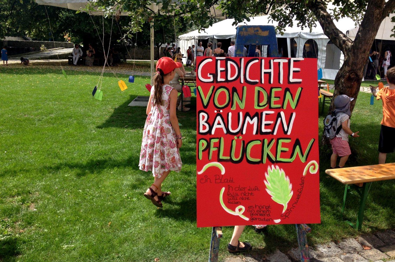 Mit Liebe gemalt: Plakate für die Mitmach-Stationen.