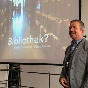 Stephan Schwering von der Stadtbücherei Düsseldorf in seiner Session zu den Vorurteilen über Bibliothekare