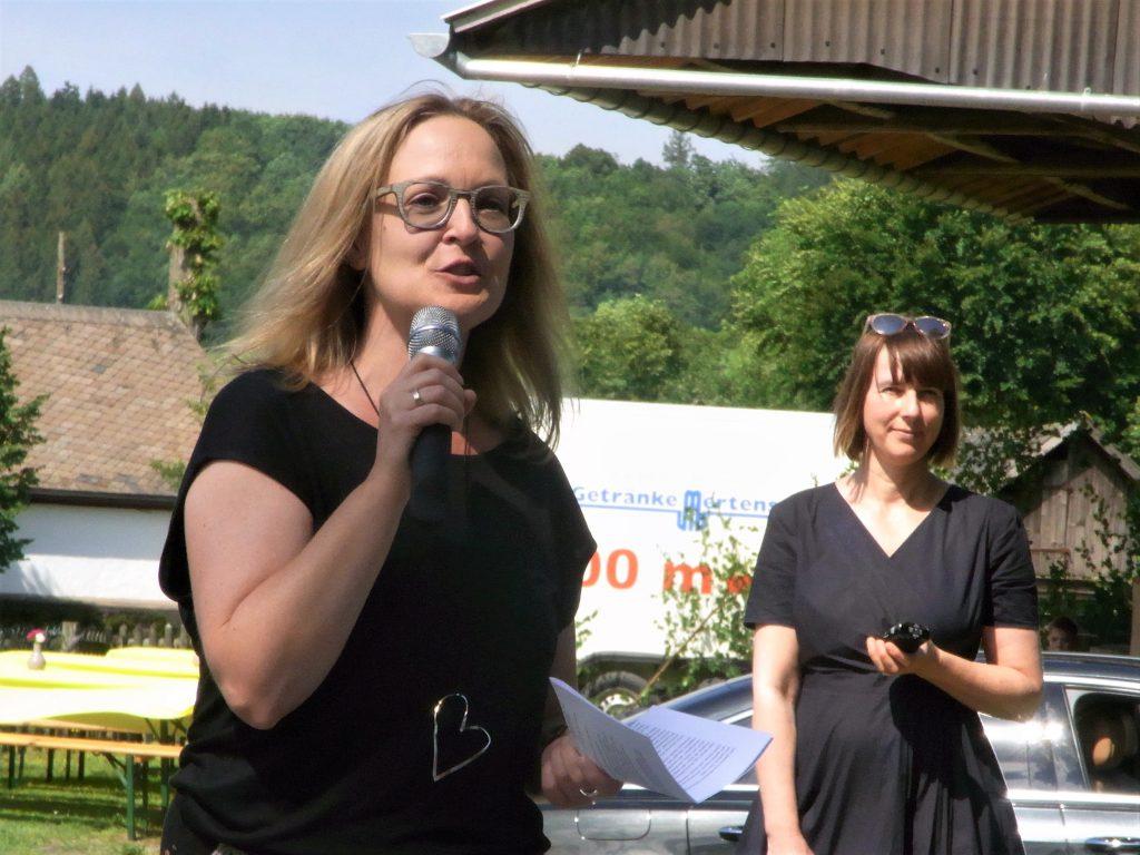 Katja Lutter und Britta Freith bei der Eröffnung der Lauschpöhle